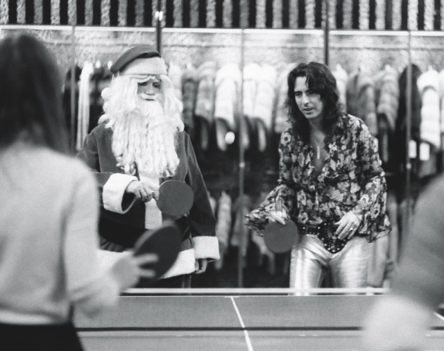 Alice-Cooper-at-Alexanders-department-store-New-York-in-1972-ping-pong-with-Santa-Claus-driven